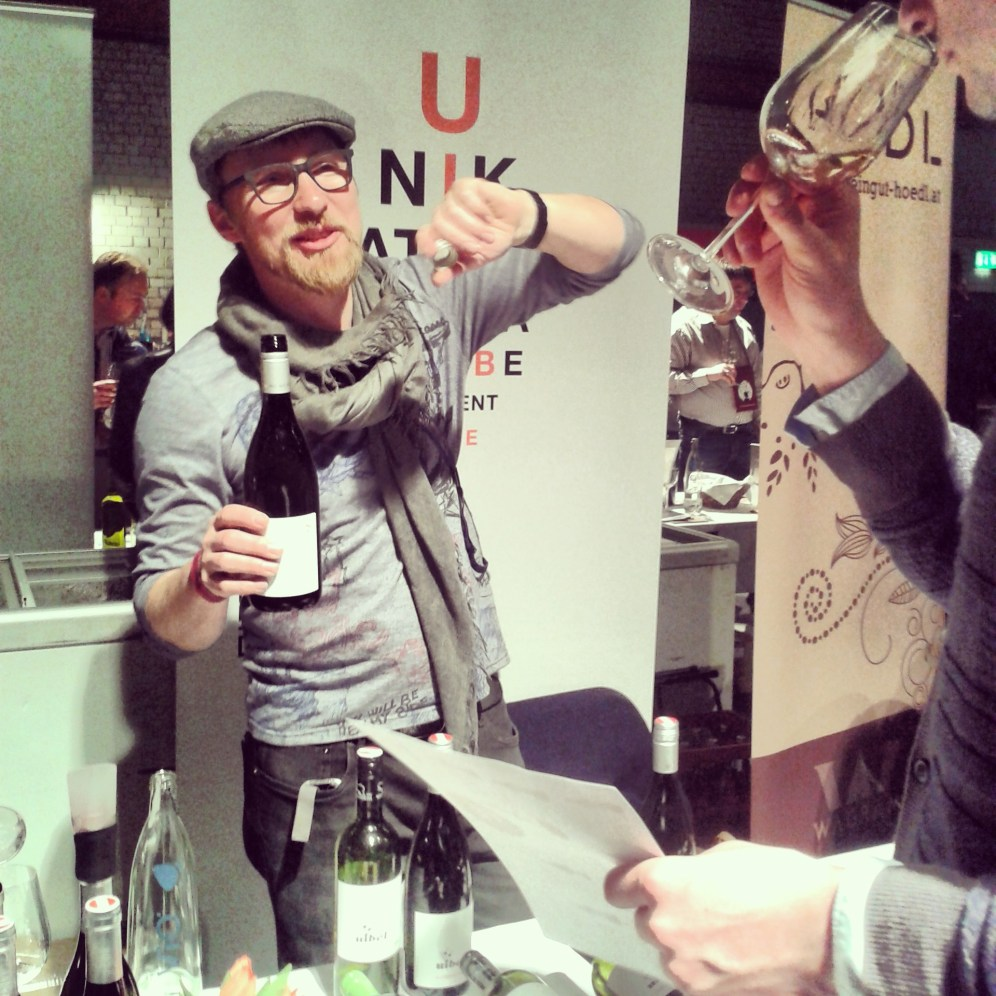 Nivel winemaker explaning Mr. Fulanito