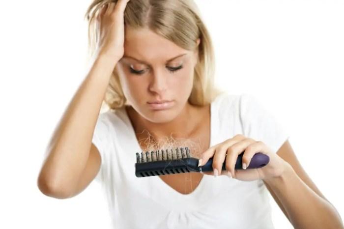 Uno de los sintomas del lupus es la perdida del cabello junto con otros como la fiebre o la fatiga
