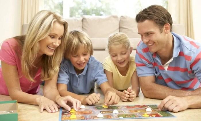 Los juegos en familia fomentan la confianza y la cooperación con los demas