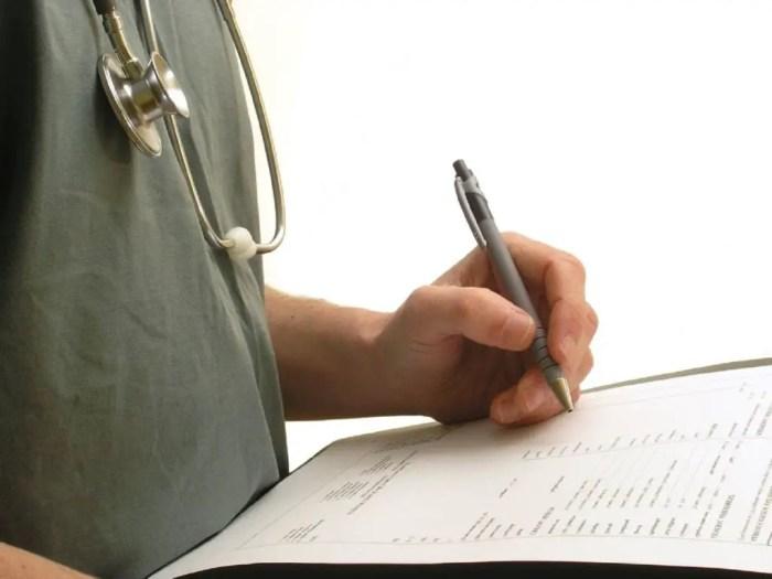 Tomar decisiones sobre el curso del paciente es competencia tambien de la enfermeria