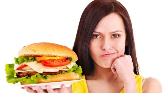 El comer en exceso puede causar hipo
