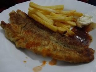 Filé de peixe empanado com fritas