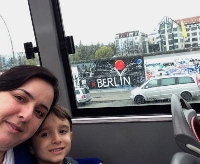 Berlim Crianca Alemanha East Side Gallery Viagem - Foto Nathalia Molina @ComoViaja