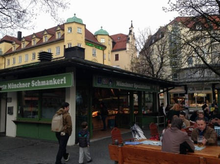 biergarten-em-munique-comida-e-cerveja-alema-no-viktualienmarkt-alemanha-foto-nathalia-molina-comoviaja