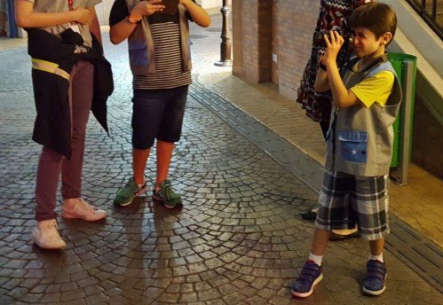 jornalista-na-kidzania-crianca-em-sao-paulo-passeio-em-familia-foto-nathalia-molina-comoviaja
