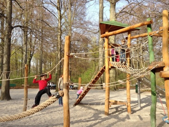 Munique Crianca Englischer Garten Biergarten Torre Chinesa Alemanha Familia Viagem - Foto Nathalia Molina @ComoViaja (3) (800x600)