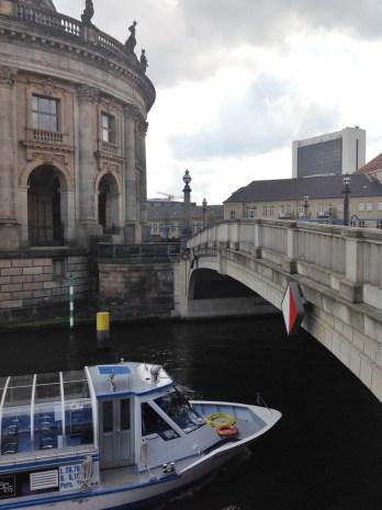 Museu Bode e Barco Berlim Ilha Viagem Alemanha - Foto Nathalia Molina @ComoViaja