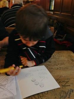 viagem-com-crianca-desenho-na-alemanha-munique-na-hofbrauhaus-foto-nathalia-molina-comoviaja