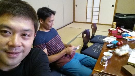 トモさん弁当食べずにテーブルマジックの練習!