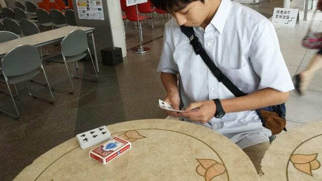 カードマジックが大好きな中学生のお兄さん。