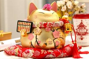 Chińska skarbonka w postaci kota - z miesiąca na miesiąc staje się coraz szczuplejsza