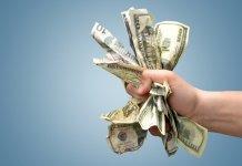 Dolary ściśnięte w ręce