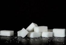 Kostki cukru na czarnym tle