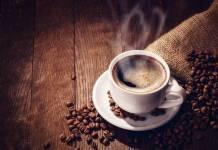 kubek z parującą kawą