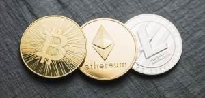Monety prezentujące Bitcoina, Ethereum i Litecoina