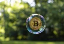 Moneta Bitcoin w bańce mydlanej
