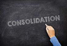 Napis konsolidacja wykonany kredą na czarnej tablicy. Żródło: Mike Cohen / https://creditscoregeek.com/