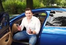 Damian Karbowiak wysiada z auta