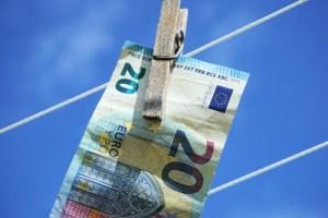 Kurs EUR/USD przełamał wsparcie przy 1,2180 - analiza techniczna pary walutowej