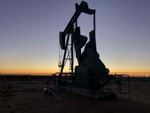 Ropa naftowa drożeje pomimo decyzji OPEC+ o zmniejszeniu wydobycia ropy od maja