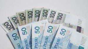 Kursy walut. Złoty w górę na początku tygodnia, euro i dolar słabsze