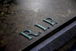 napis RIP na nagrobku