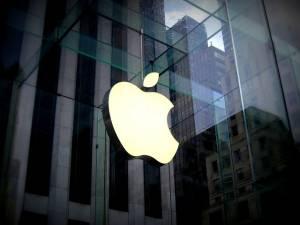 Logo Apple w siedzibie sklepu spólki