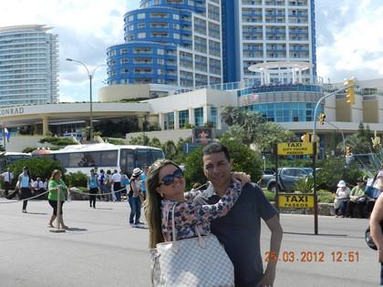 Tatiane e Sávio em frente ao hotel Conrad