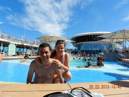 Sávio e Tatiane em uma das piscinas do navio