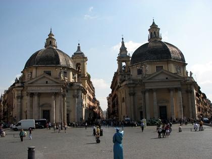 As igrejas idênticas na Praça do Povo