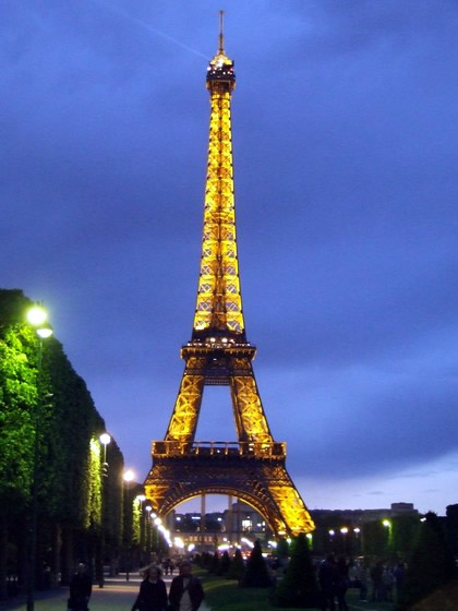 Torre Eiffel acesa justificando o nome de Paris Cidade Luz