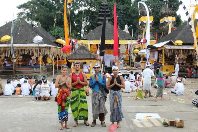 No templo balinês com Luis e Nicky
