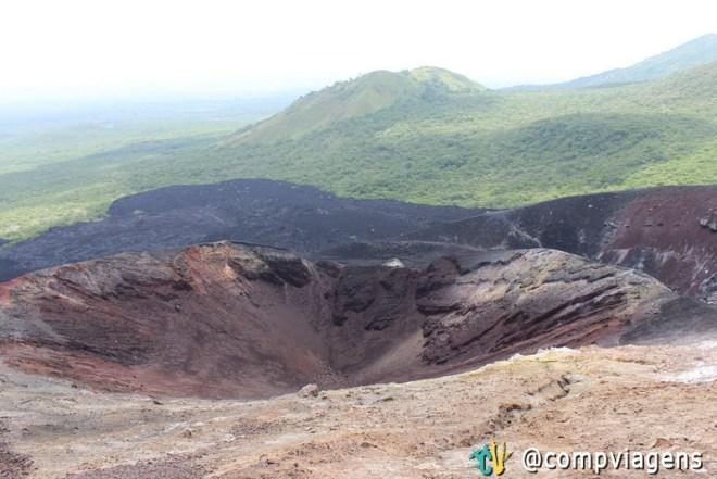 Cratera do Cerro Negro alinhada com os outros vulcões