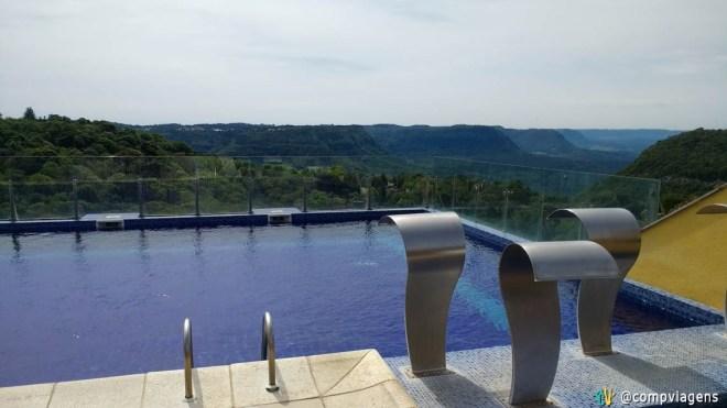 Vista da piscina do Master Premium Gramado