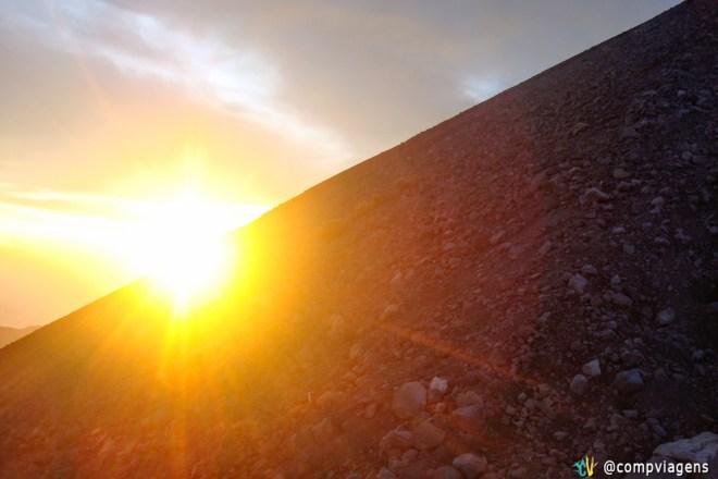 Nascer do sol no Mt. Rinjanicom as pedras vulcânicas, segundo dia