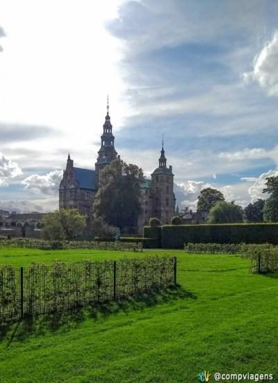 Vista do Castelo Rosenborg do café no King's Garden