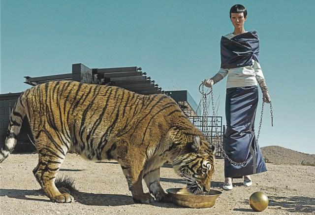 """La Bella (Karlie Kloss) e la Bestia in uno scatto di Steven Klein per """"Vogue"""", marzo 2013."""
