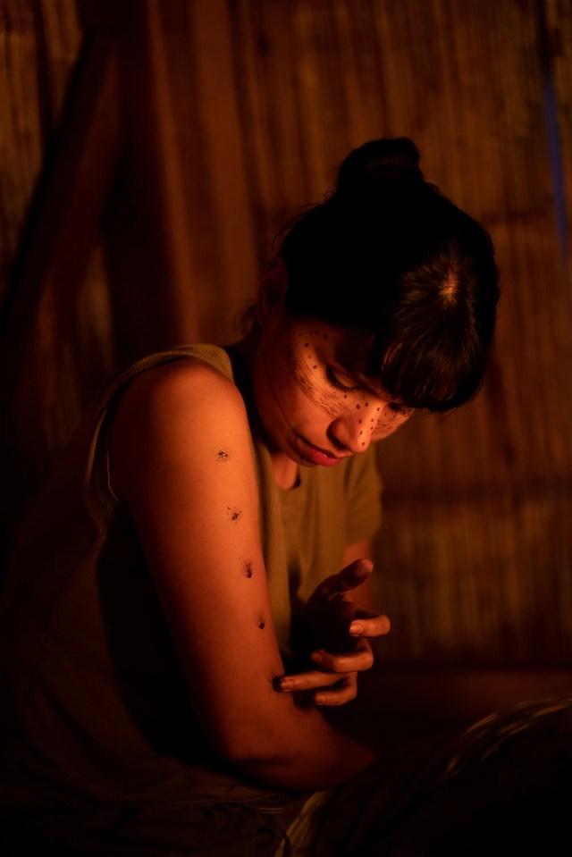 Nina applica il wituk jawirina (pittura tradizionale) a Sarayaku, territorio Kichwa nell'Amazzonia ecuadoriana, in preparazione per un raduno di donne indigene