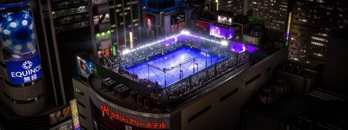 Des personnes jouant au football de rue sur un toit à Tokyo
