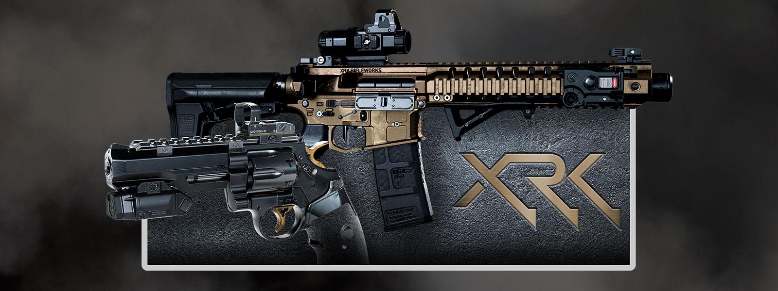 Vue latérale de deux pistolets sur fond texturé et logo XRK