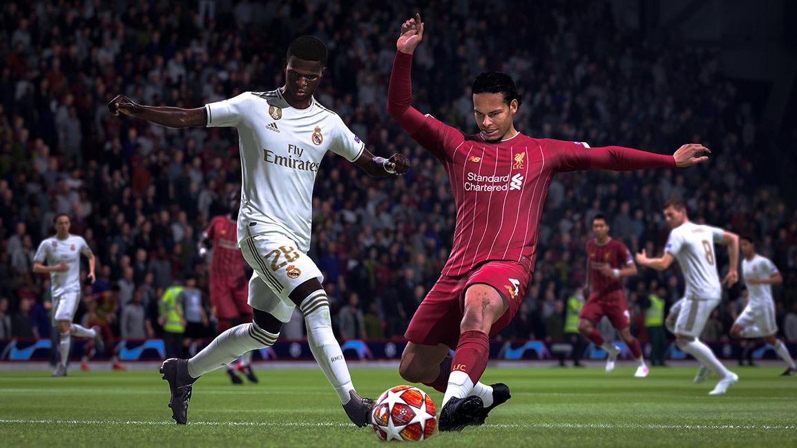 Joueur en tenue blanche et joueur en tenue rayée rouge et blanche sur le point de tirer un ballon à étoiles blanches en même temps
