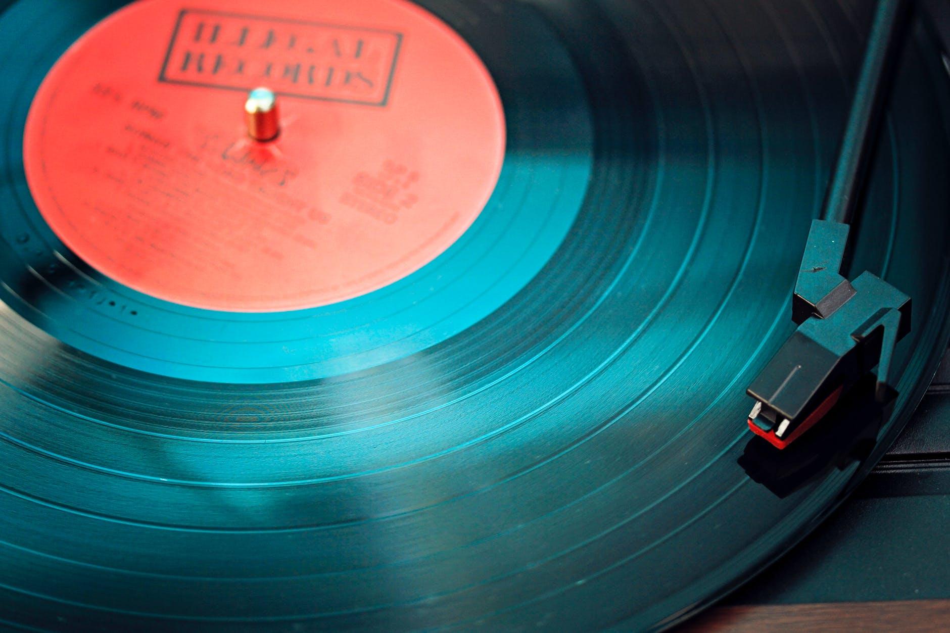 Une platine vinyle avec un disque. Les chats aiment la musique composée pour eux
