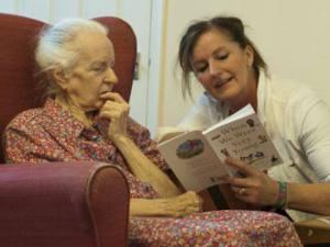 Voluntária lê poesia para idosa em asilo de Stratford upon Avon, em 29 de outubro de 2013