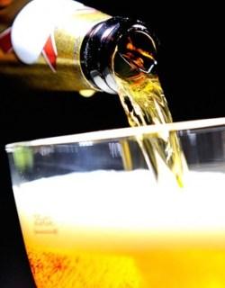 Regras possibilitariam inclusão de mel, chocolate e especiarias na receita original da cerveja (Foto: Philipe Huguen/AFP)