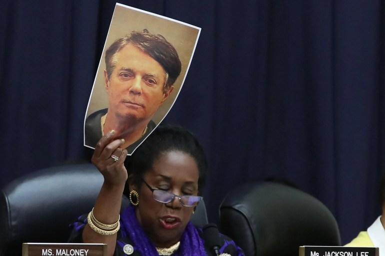 """Repräsentant Sheila Jackson Lee hält einen Fahndungsfoto von Paul Manafort während einer Anhörung vor dem Kongress. """"Srcset ="""" https://compote.slate.com/images/9d55fab9-3f66-4d42-99ae-5419787ced4e.jpeg?width=780&height= 520 & rect = 3000x2000 & Offset = 0x0 1x, https://compote.slate.com/images/9d55fab9-3f66-4d42-99ae-5419787ced4e.jpeg?width=780&height=520&rect=3000x2000&offset=0x0 2x"""