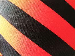 Corbata a rayas negras y rojas