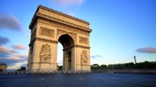 Visite também o Arco do Triunfo, símbolo do império e um marco na história francesa.