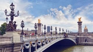 Não deixe também de conhecer a Ponte Alexandre III: lugar onde os casais tiram fotos antes de se casar.