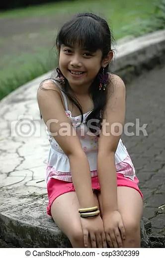 Little Girl Sit Down In Park Csp3302399