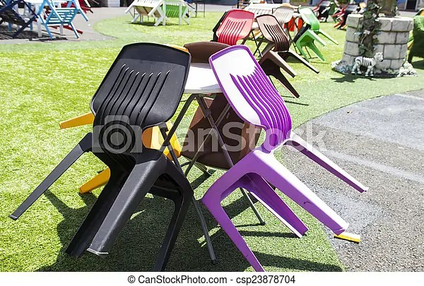 https www canstockphoto fr table chaise color c3 a9 plastique 23878704 html